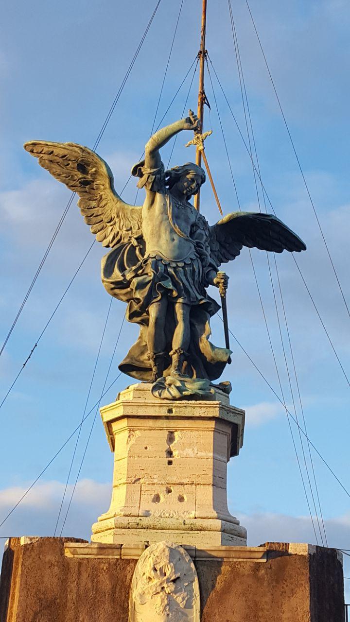 Скульптура Ангела с крыльями