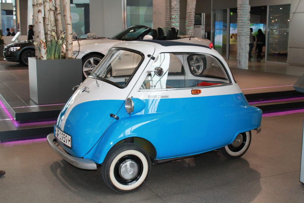 Маленькая машина в музее БМВ фото
