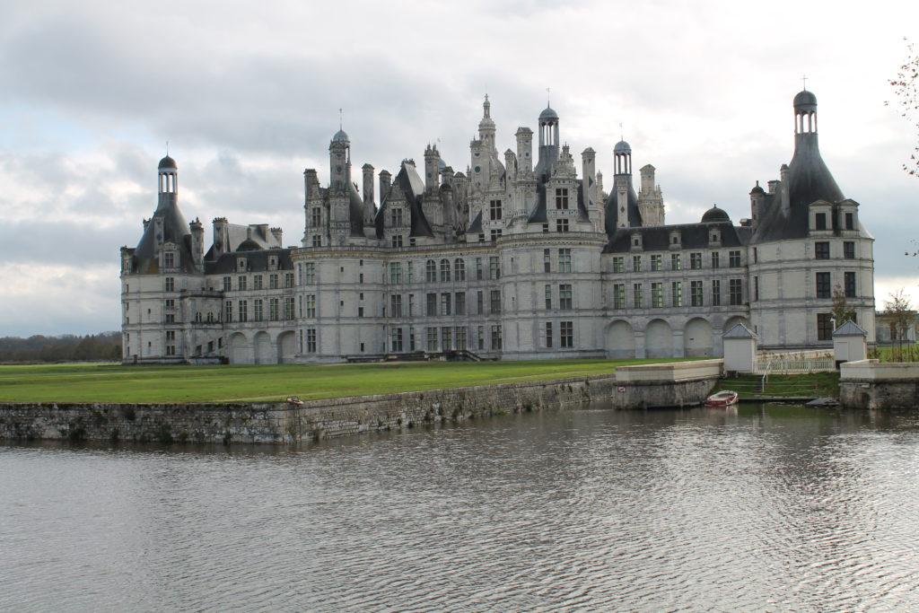 Замок, дворец у озера