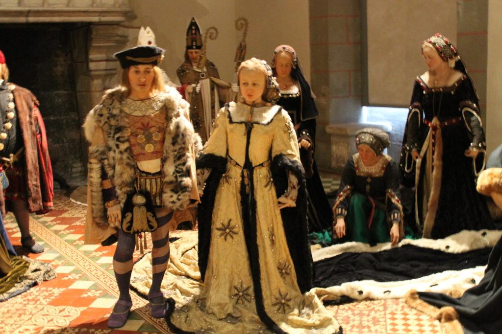 Манекены в королевских одеждах