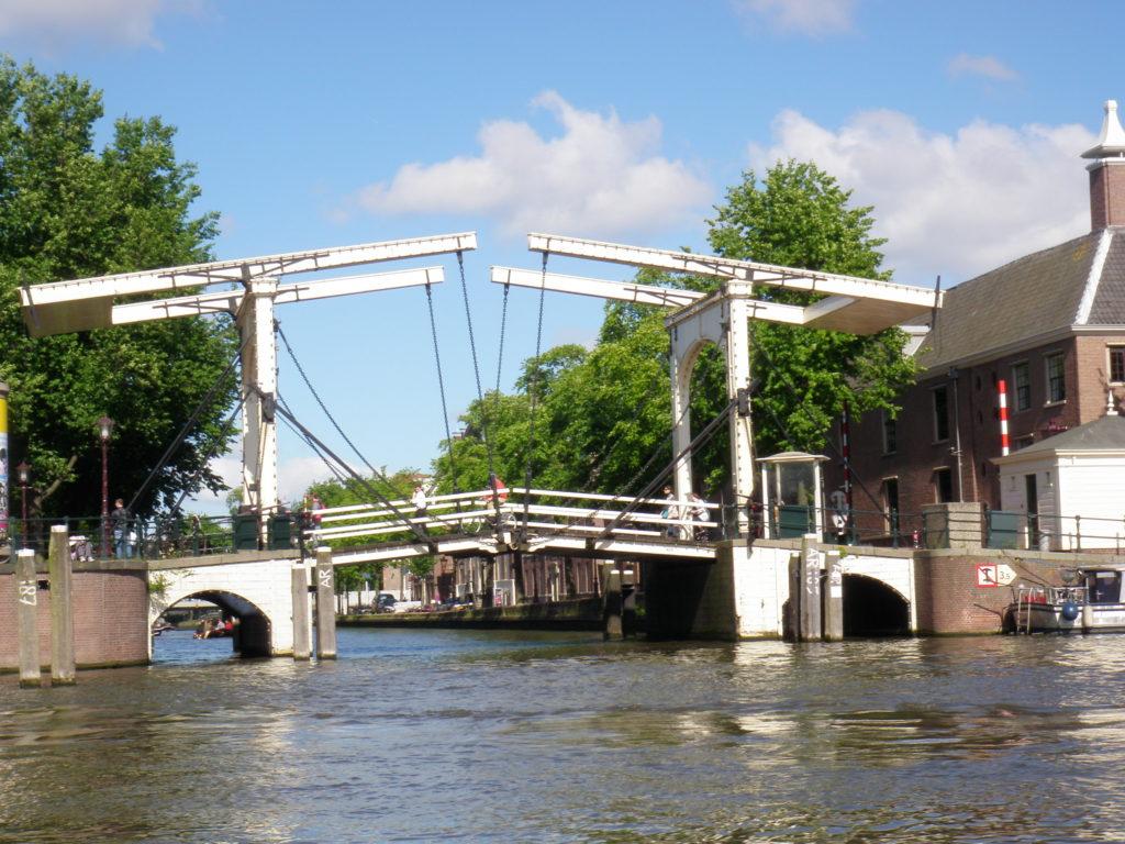 Разводной мост в Амстердаме фото