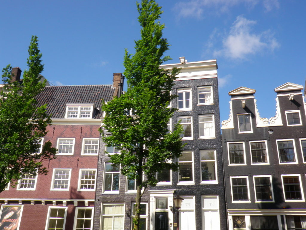Дома на берегу канала в Амстердаме фото