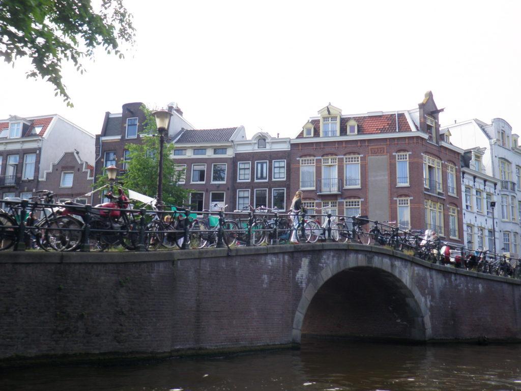 Мост с велосипедами в Амстердаме фото