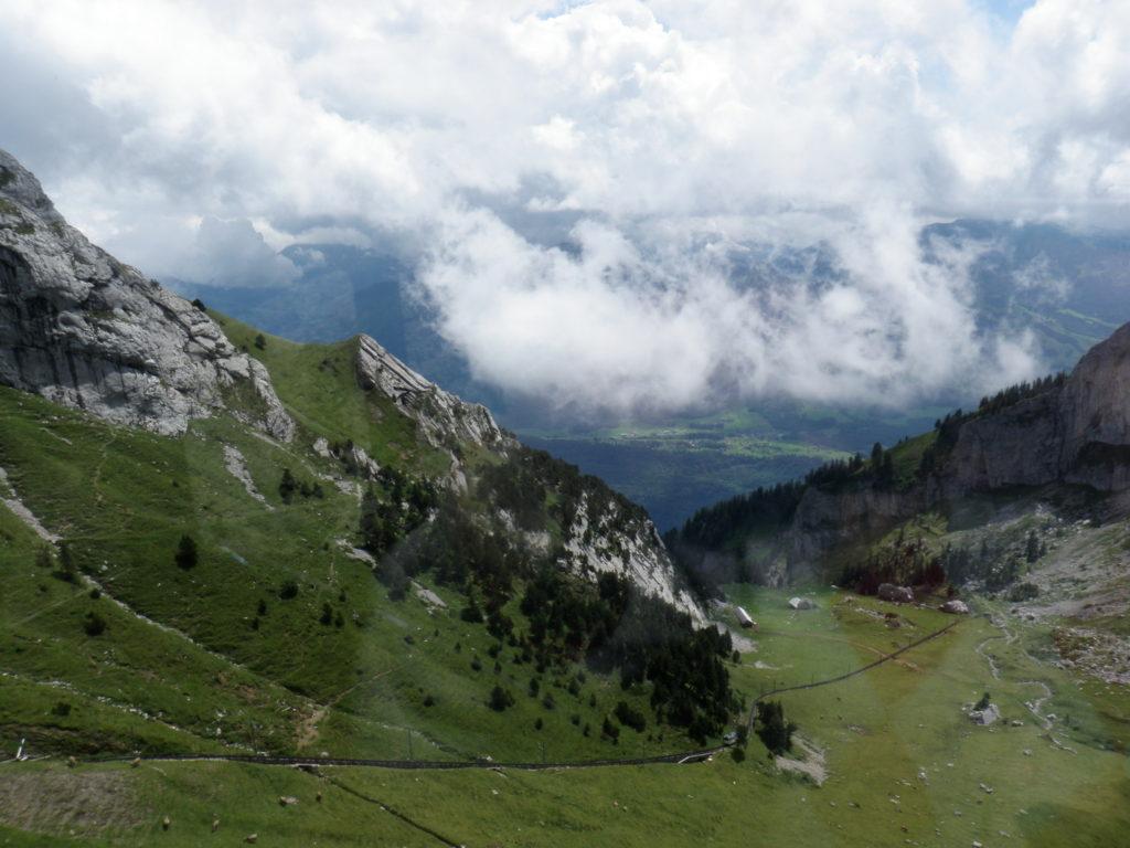Гора, долина, облака фото