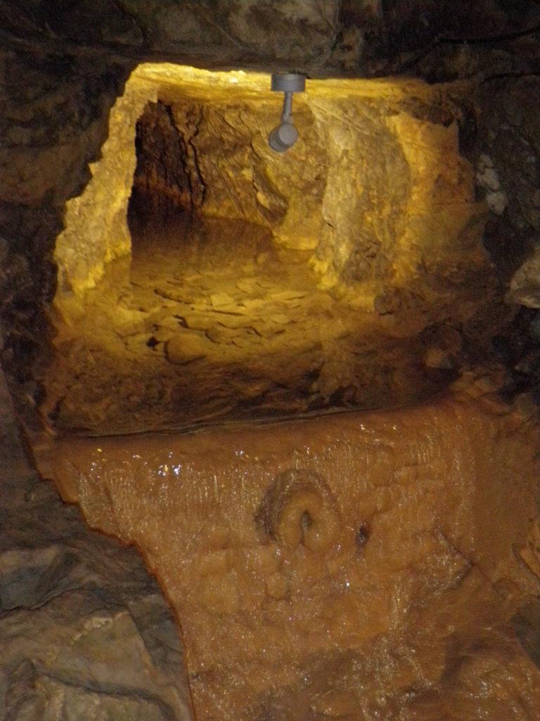 Фонтан фей в пещере alt