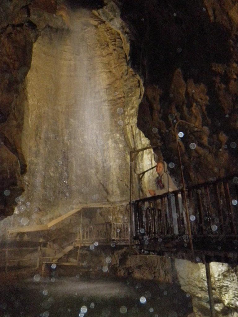 Озеро и водопад в пещере фото