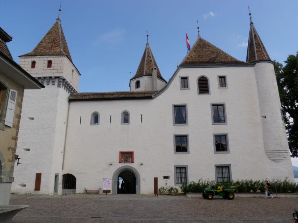 Старый замок в городе Ньон