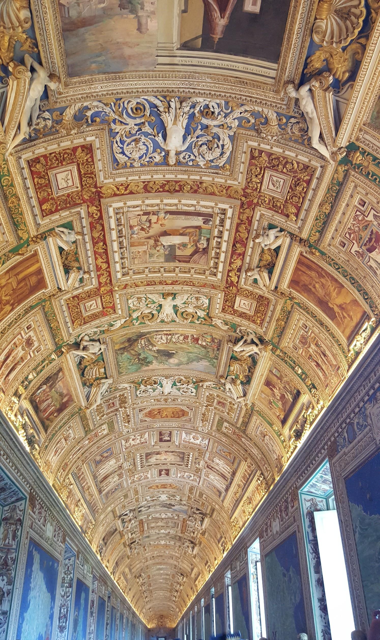 Потолок в галерее географических карт
