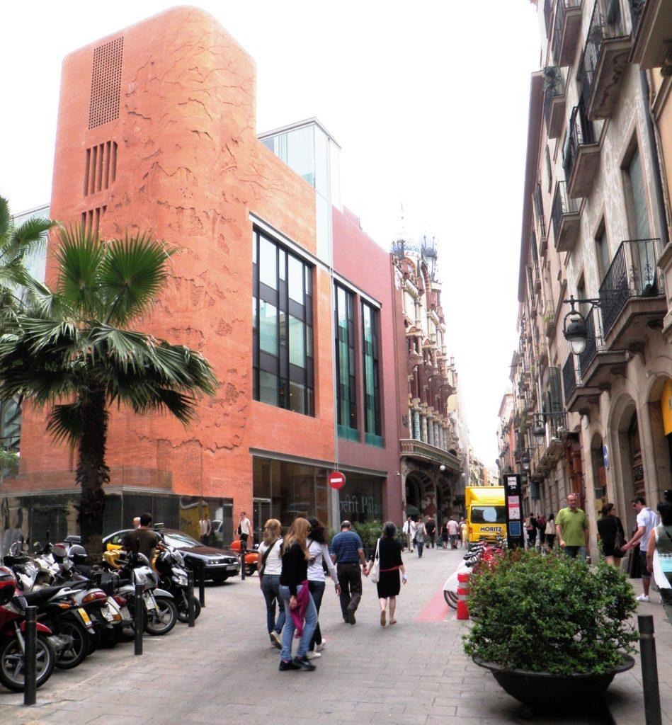 Улица, ведущая к Дворцу каталонской музыки фото