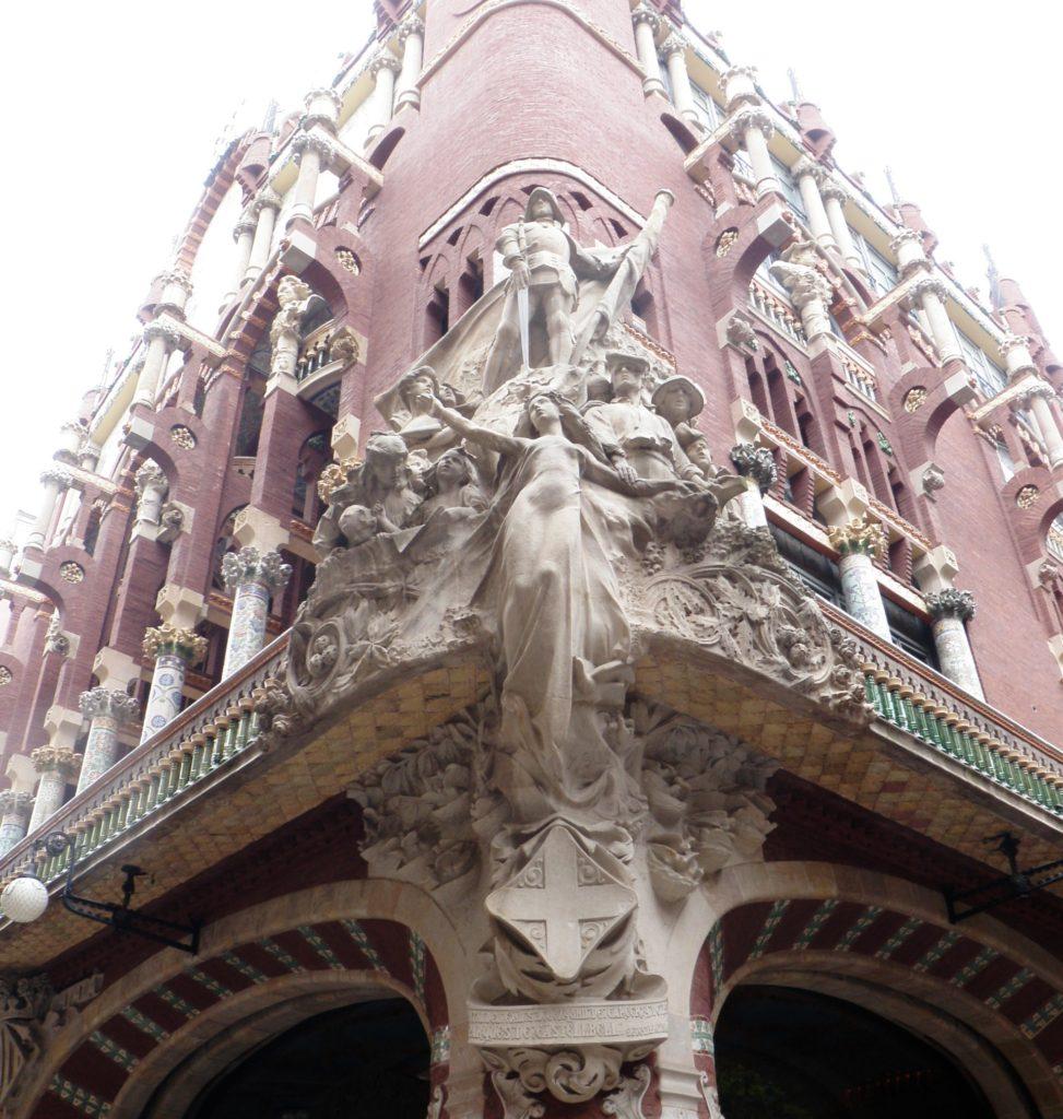 Скульптуры на фасаде Дворца каталонской музыки фото
