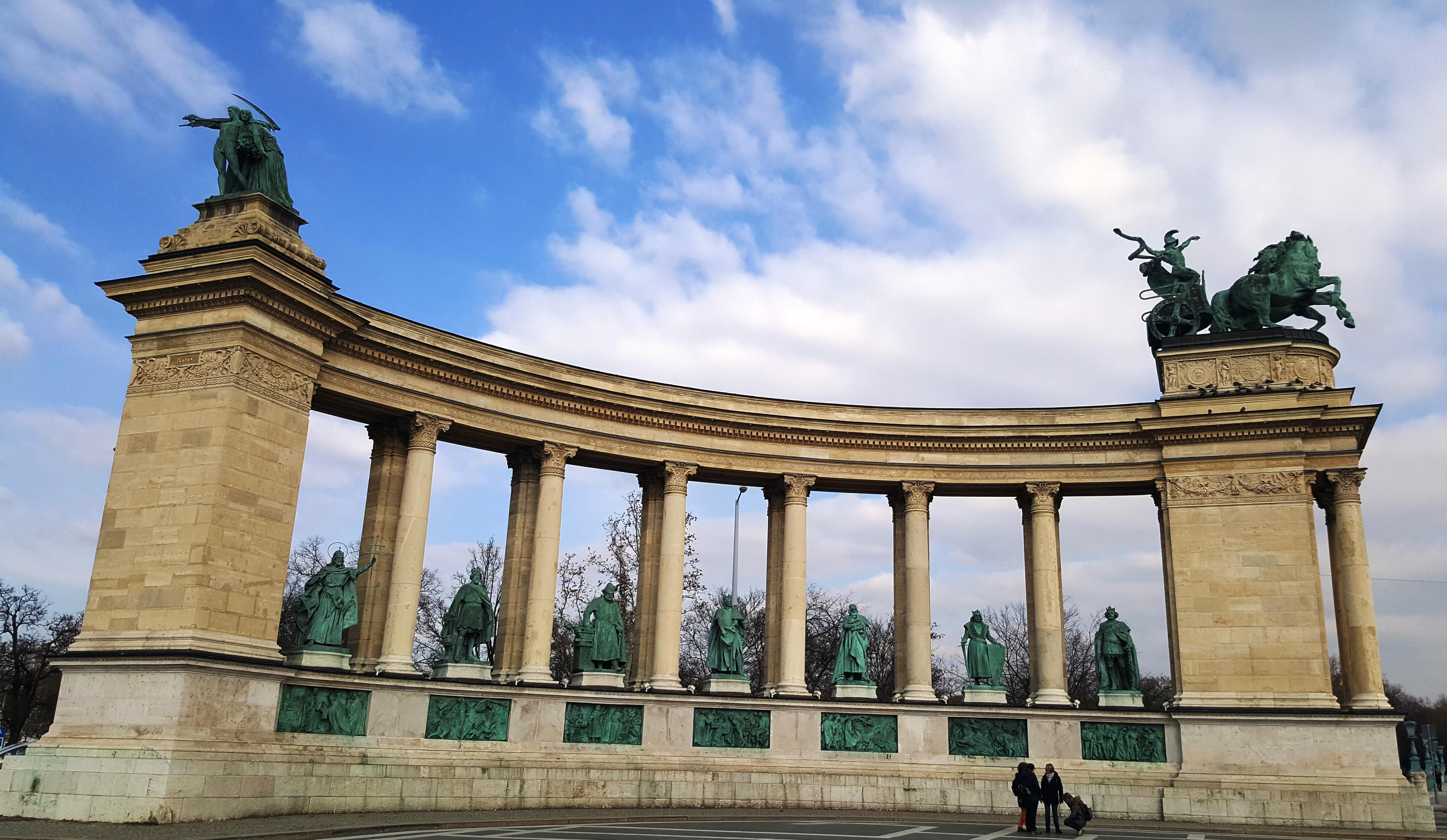 Колоннада на площади Героев