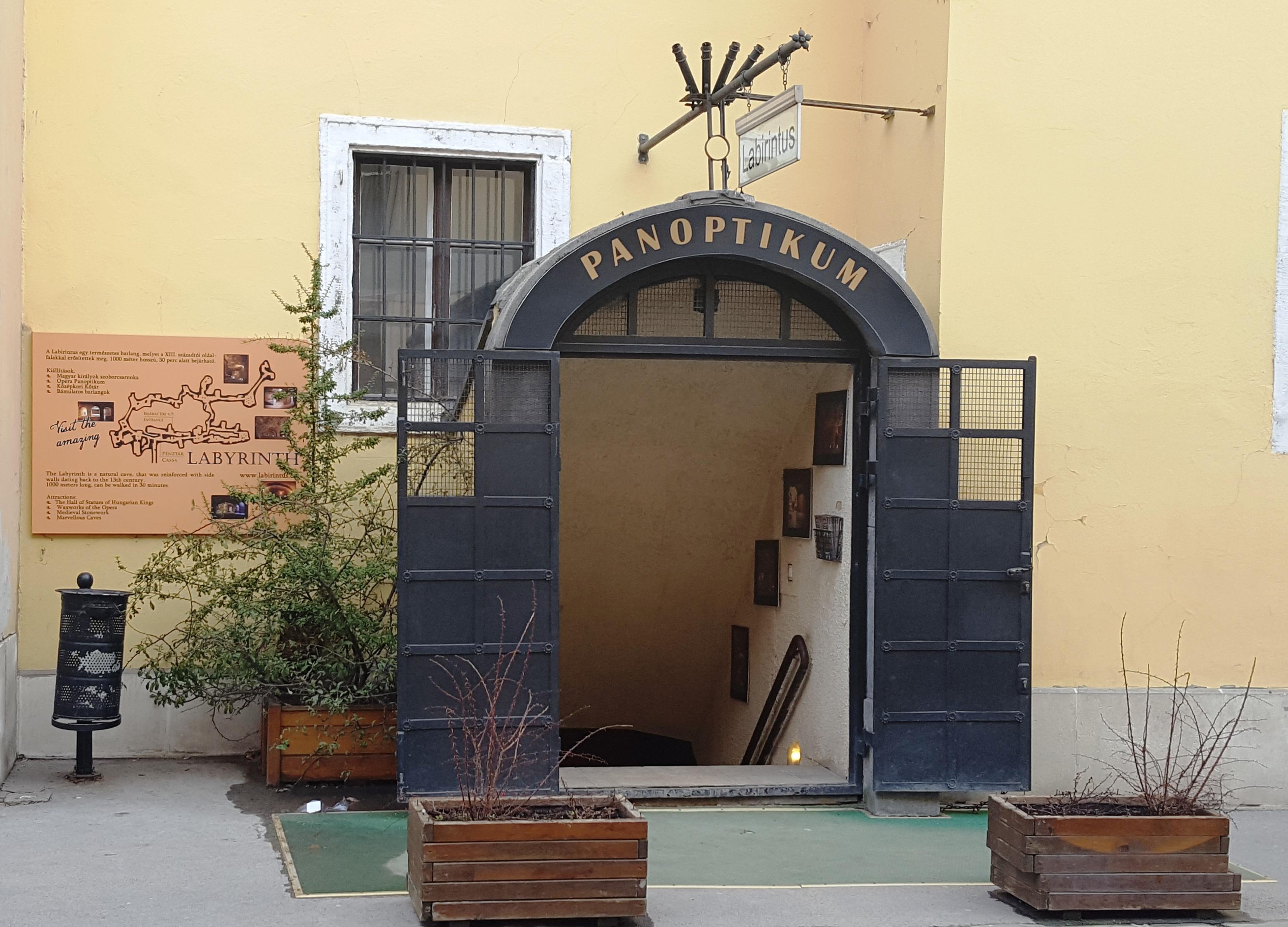 Вход в лабиринт под старым городом в Будапеште