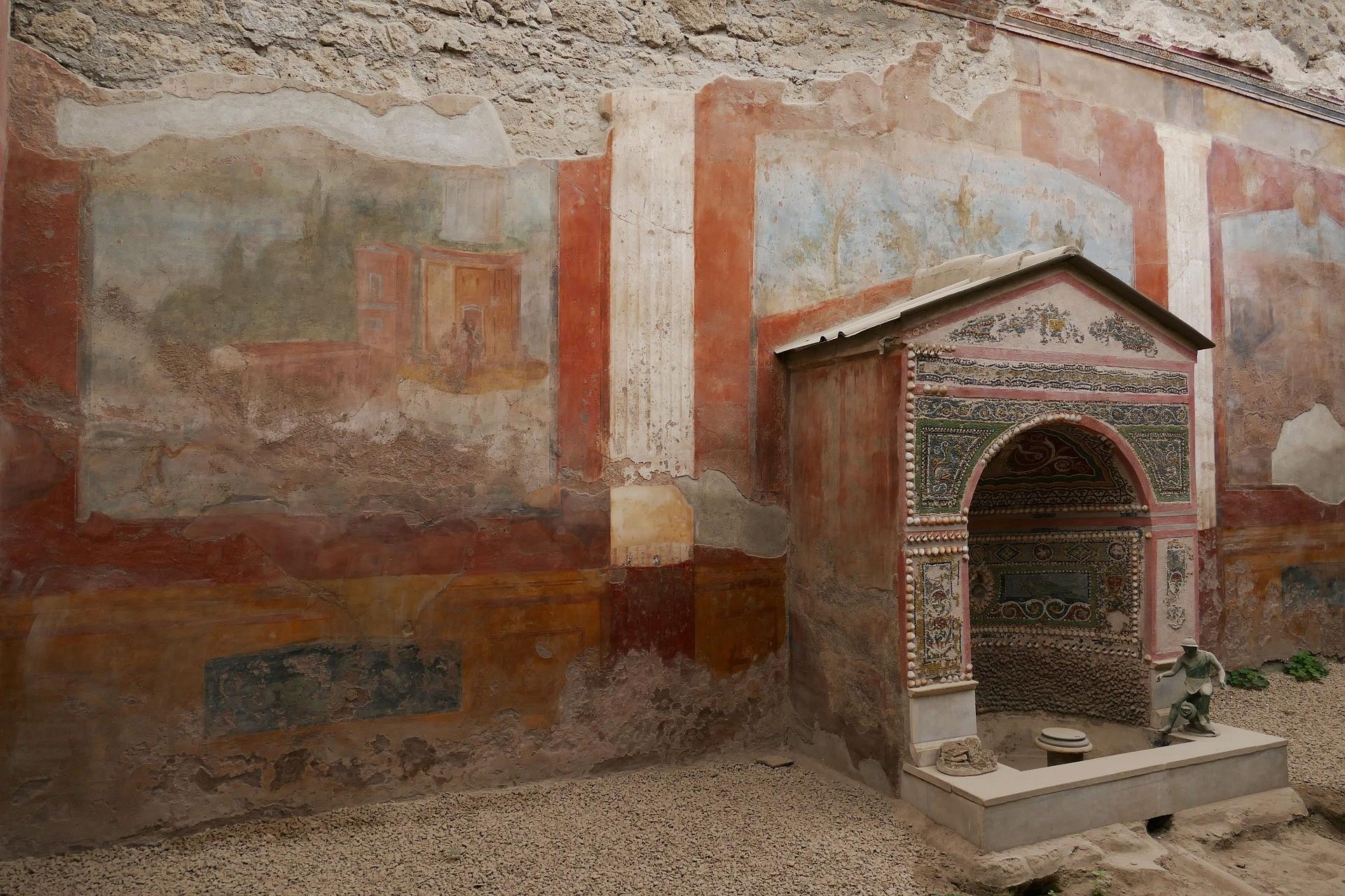 Алтарь и фрески, сохранившиеся в Помпеях