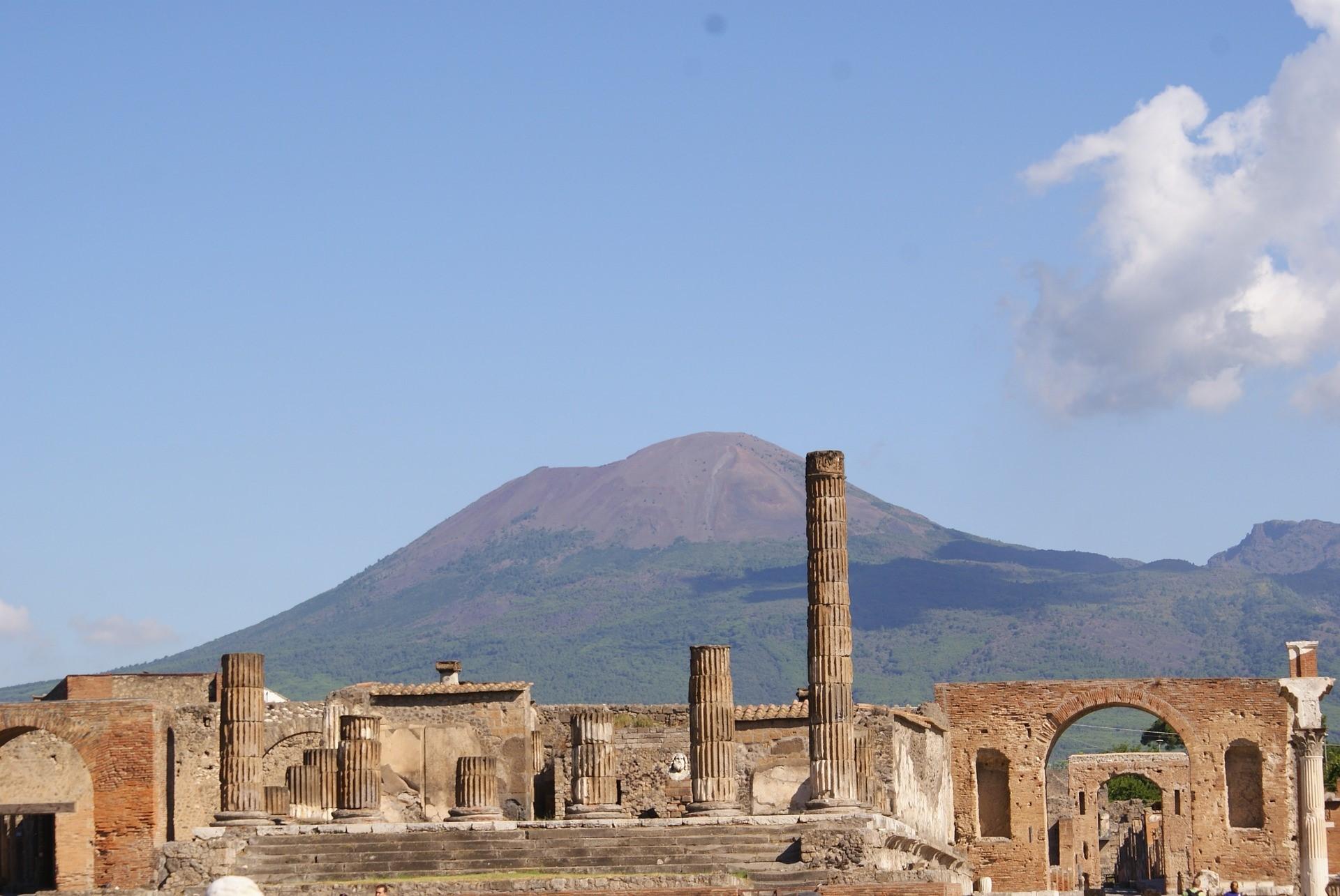 Храм Юпитера в Помпеях на фоне Везувия