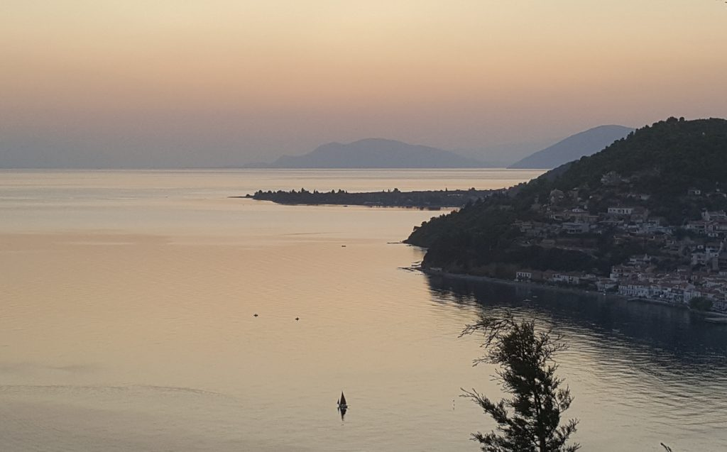 Залив Вориос-Эввоикос на закате