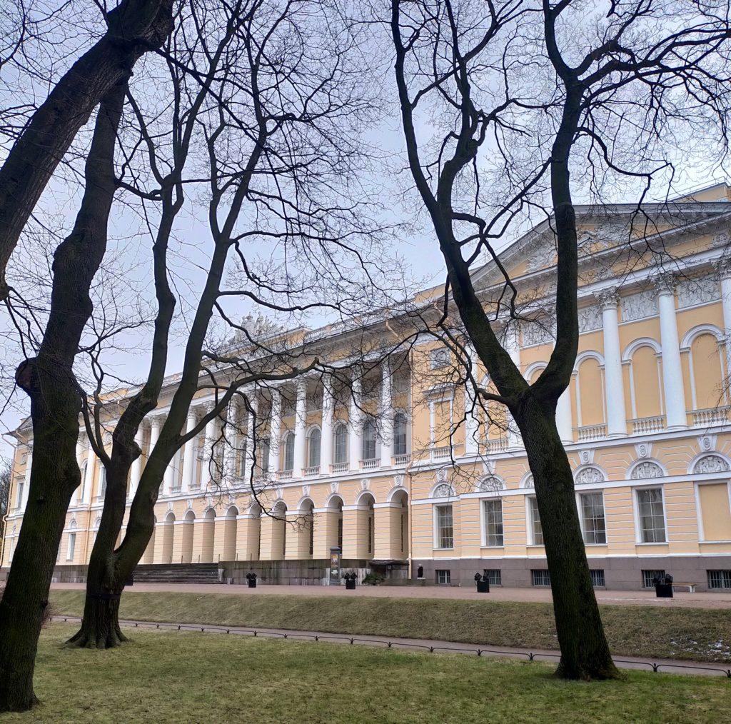Фасад Русского музея, обращенный в Михайловский сад