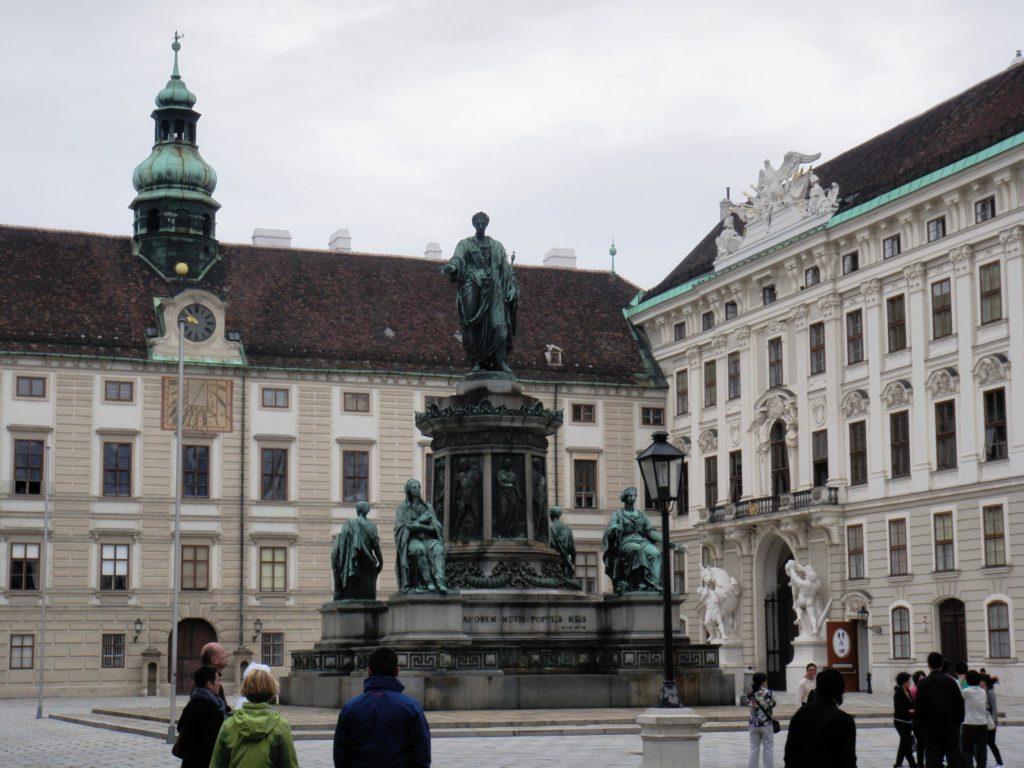 Статуя Императора Франца I во дворе Хофбурга