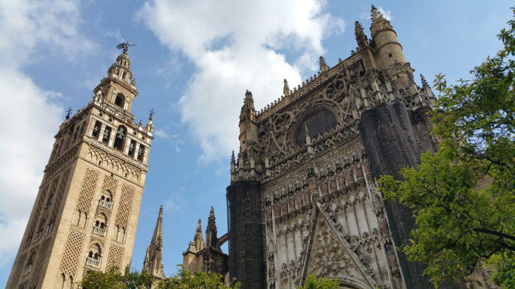Кафедральный собор и башня Хиральда в Севилье