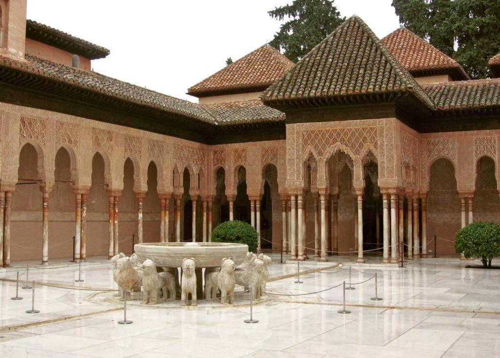 Внутренний дворик с бассейном в Альгамбре