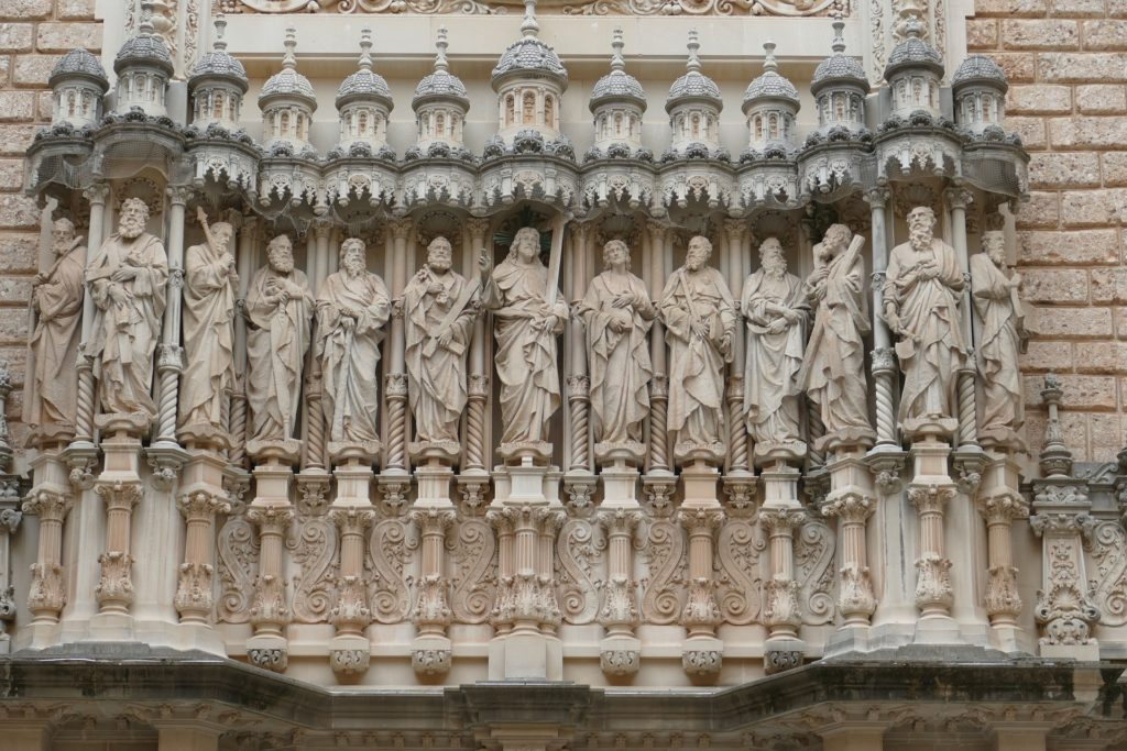 12 апостолов на фасаде базилики