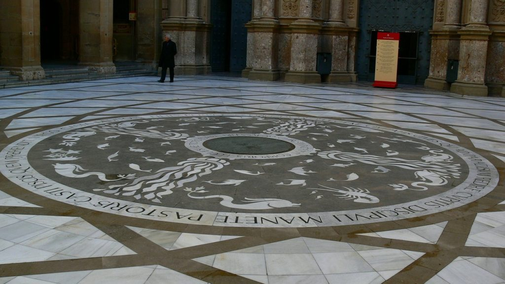 Двор Атриум в монастыре Монтсеррат