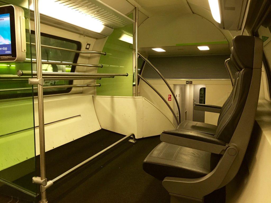Комфортный вагон поезда CAT из аэропорта в Вену