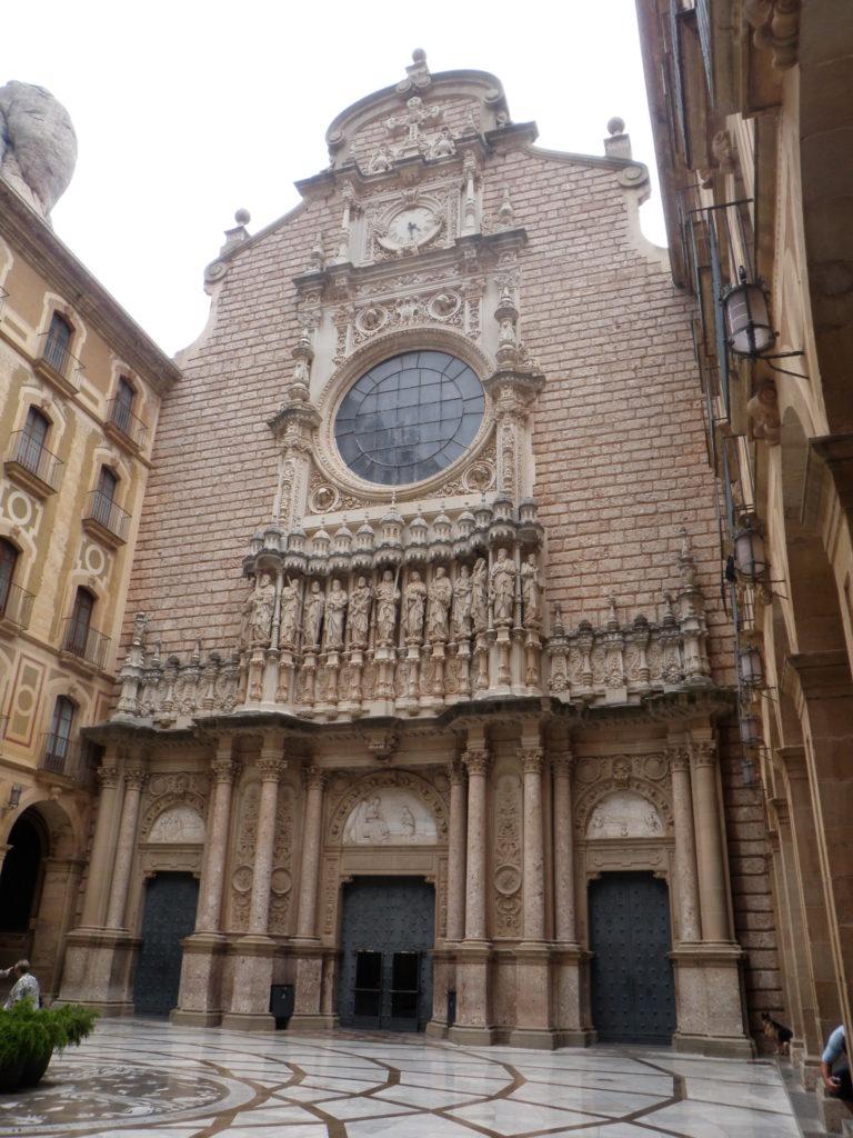 Монастырь Монтсеррат. Фасад базилики.