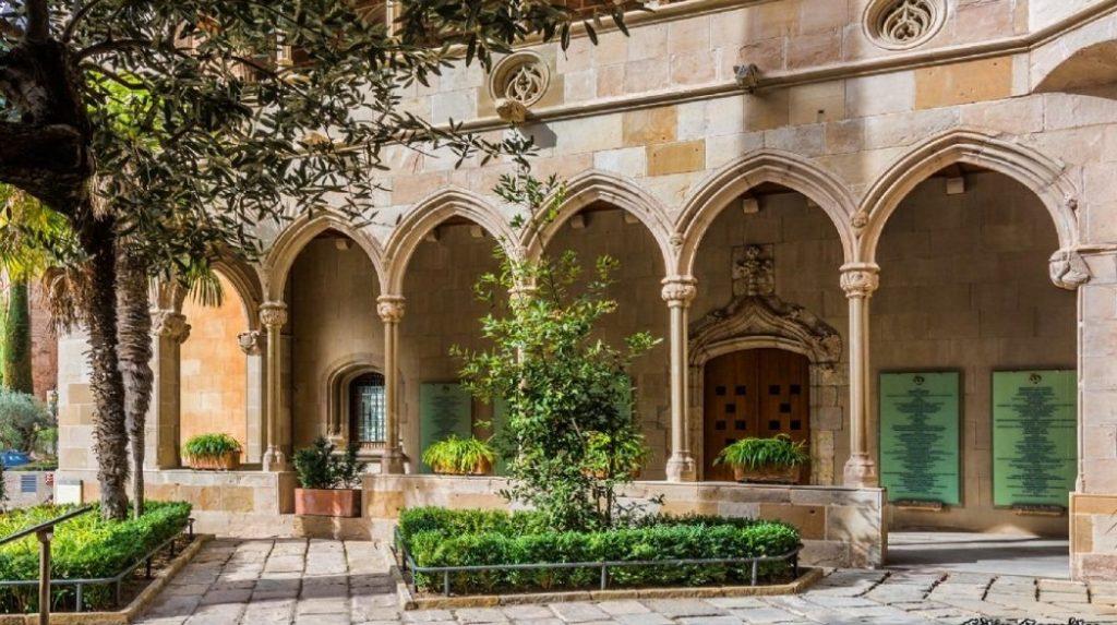 Монастырь Монтсеррат. Готический дворик.