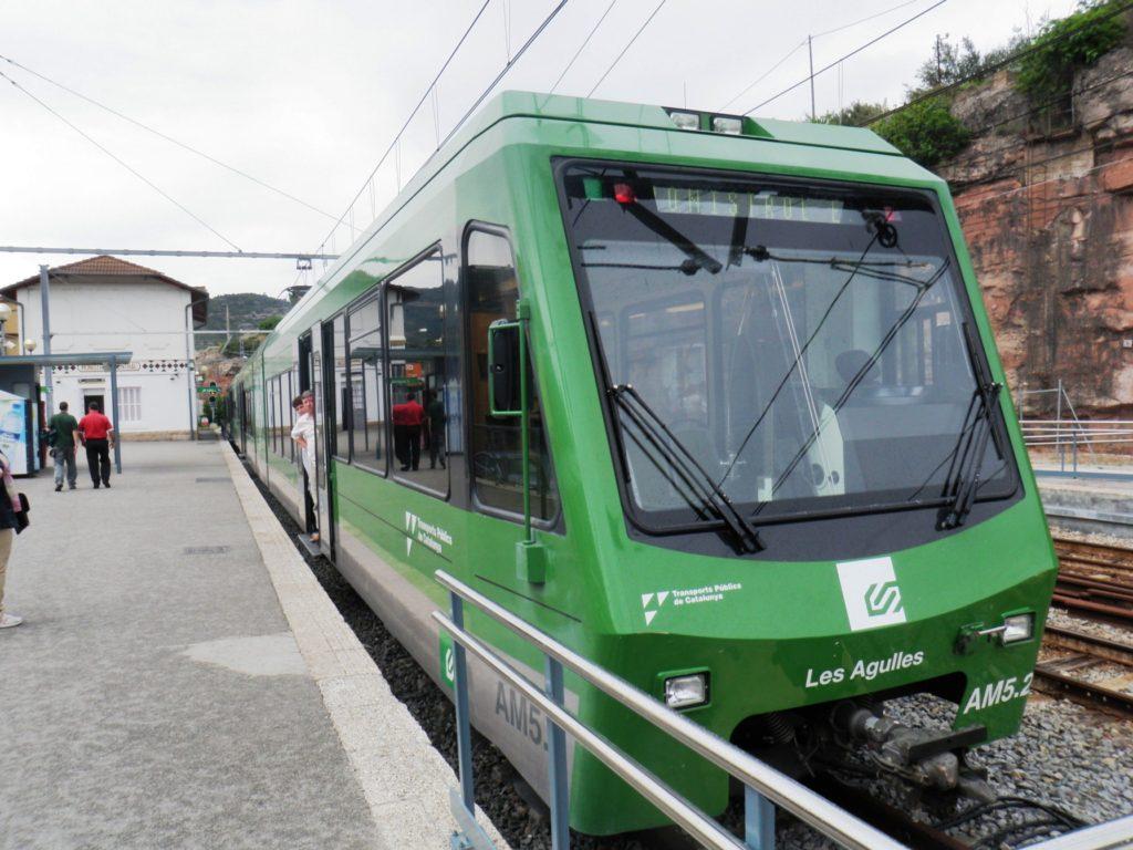 Поезд зубчатой железной дороги на гору Монтсеррат