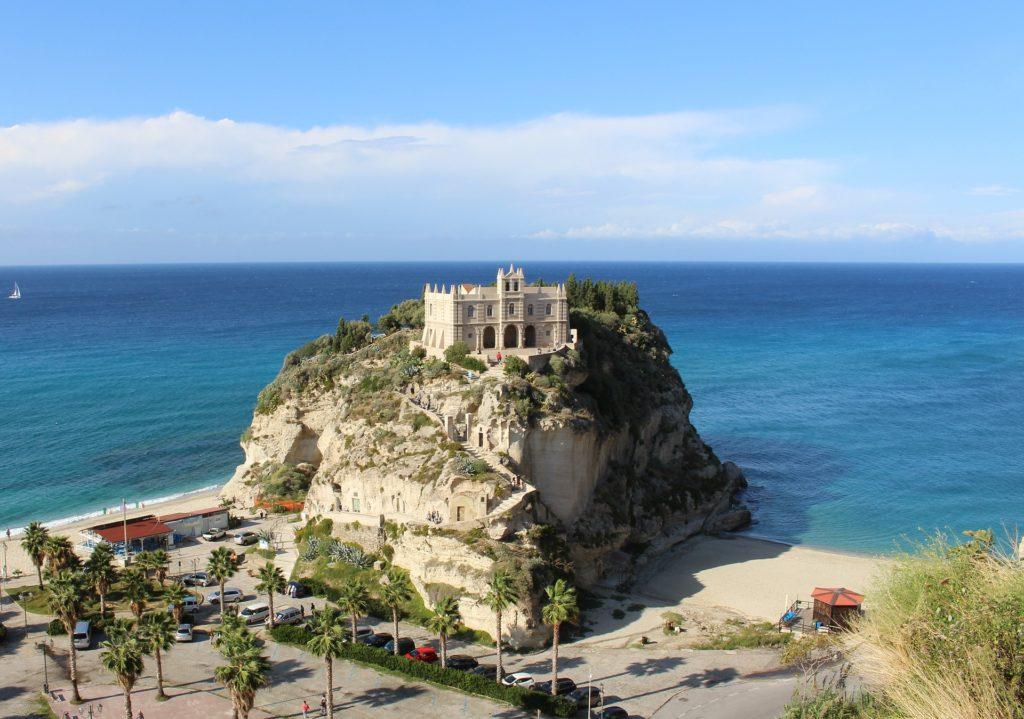 Церковь Santa Maria dell' Isola на скале, разделяющей пляжи Тропеи