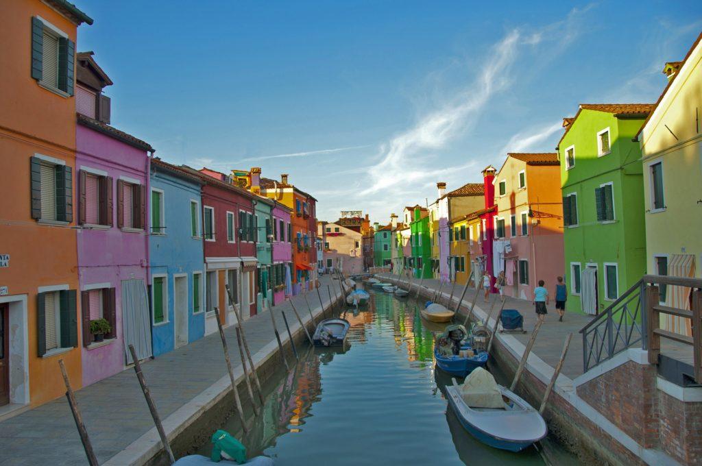 Канальный город Бурано находится недалеко от Венеции