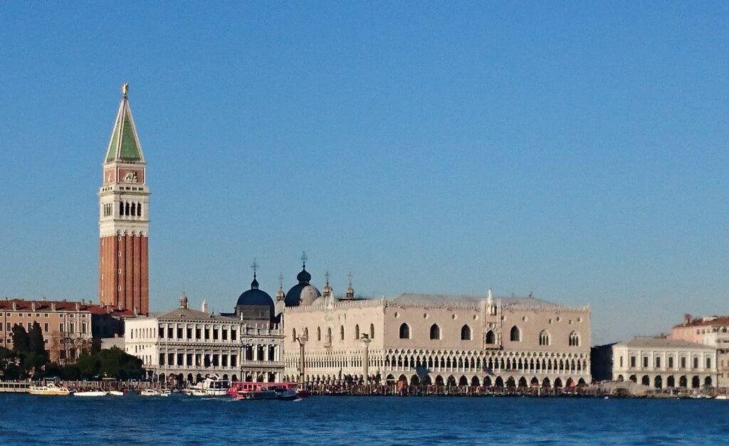 Башня и дворец Дожей в Венеции