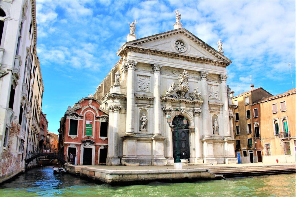 Церковь Сан-Ста в Венеции и колодец перед ней