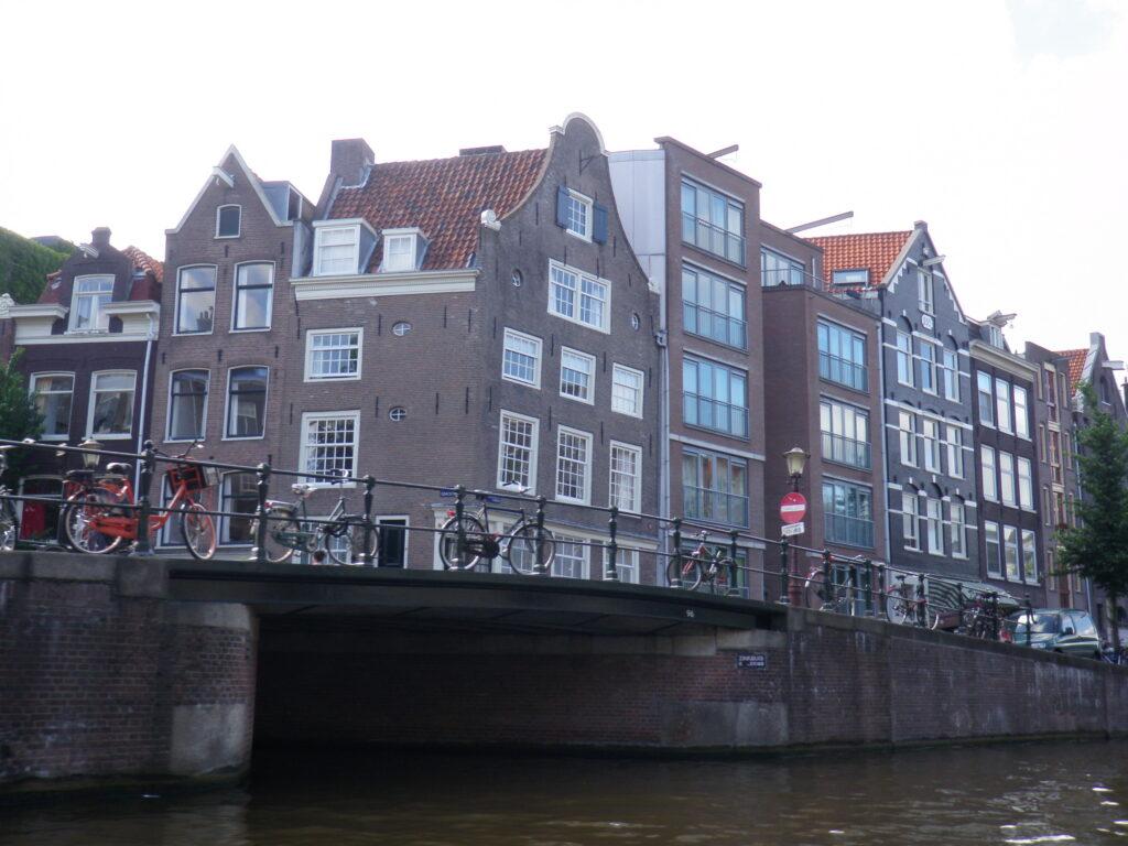 Дома вдоль каналов Амстердама