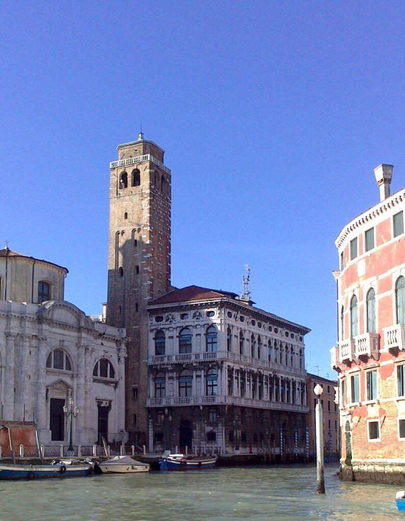 Дворец Лабиа и башня 12 века
