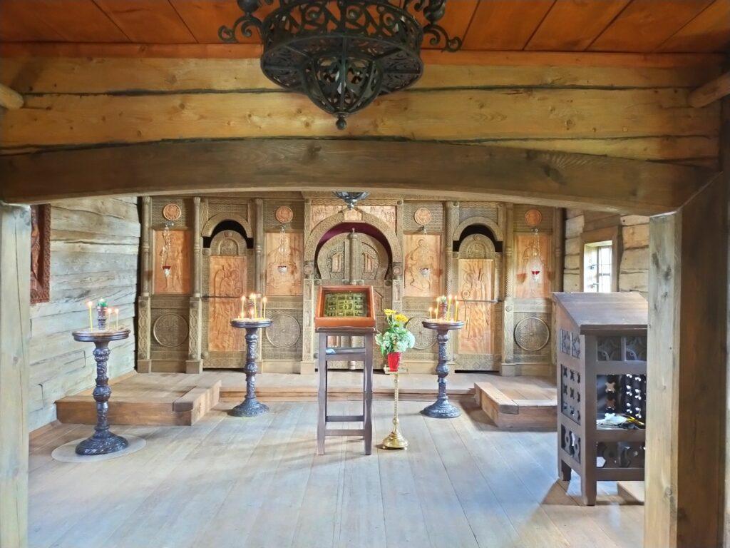 Интерьер деревянной церквушки