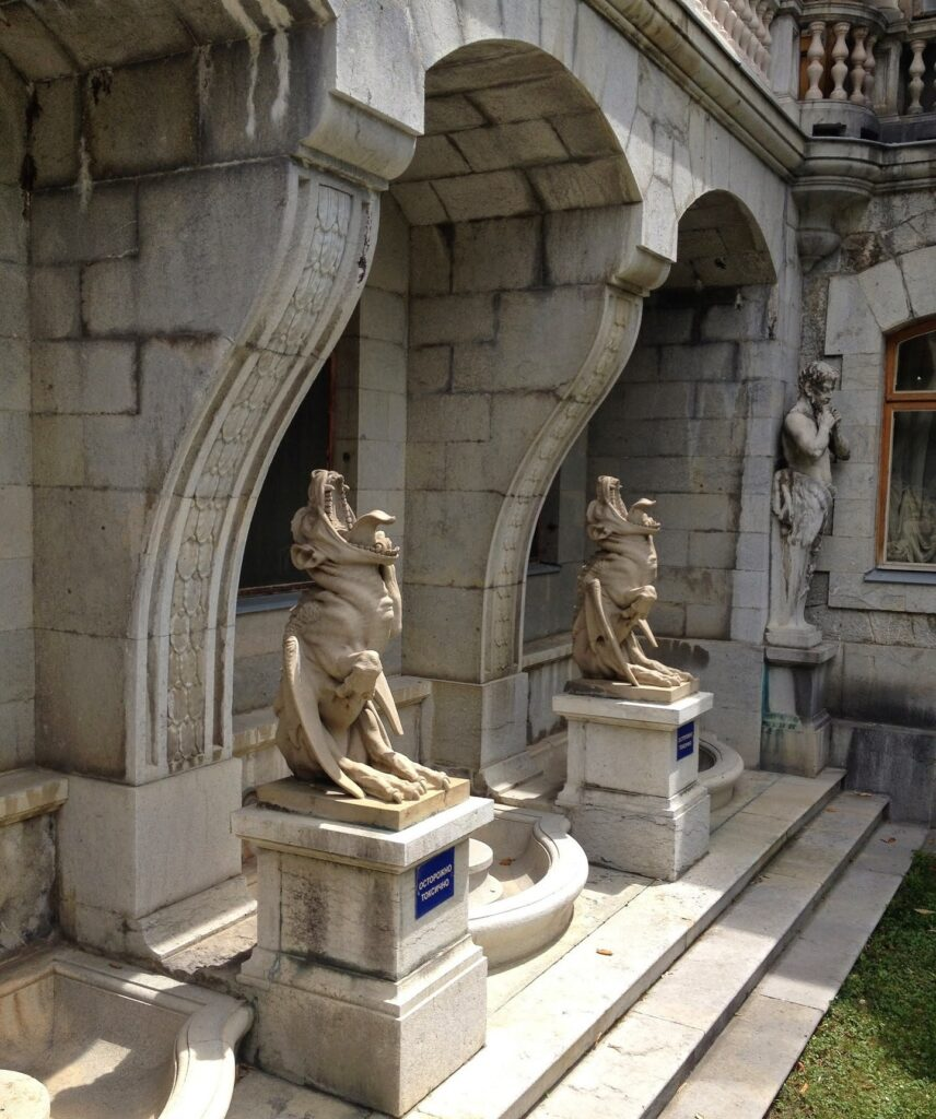 Скульптуры Сатир и Химеры