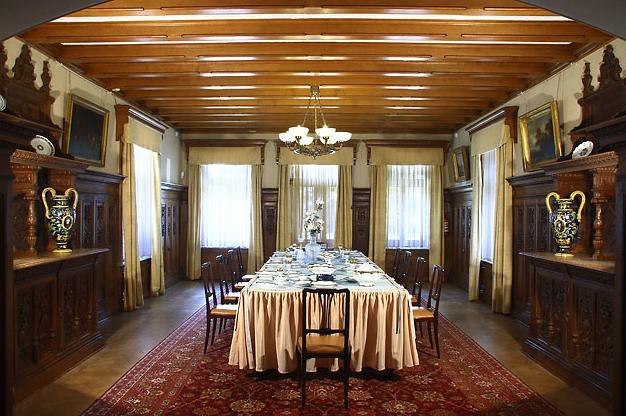 Столовая напоминает рыцарский зал